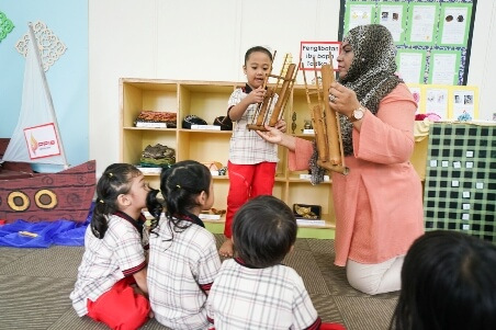 Learning about the angklung